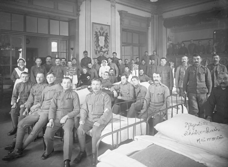 """Personál vojenského špitálu """"Na střelnici"""", 1916."""