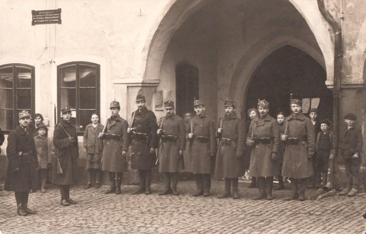 Stráž československé armády u radnice v Českém Krumlově, prosinec 1918.