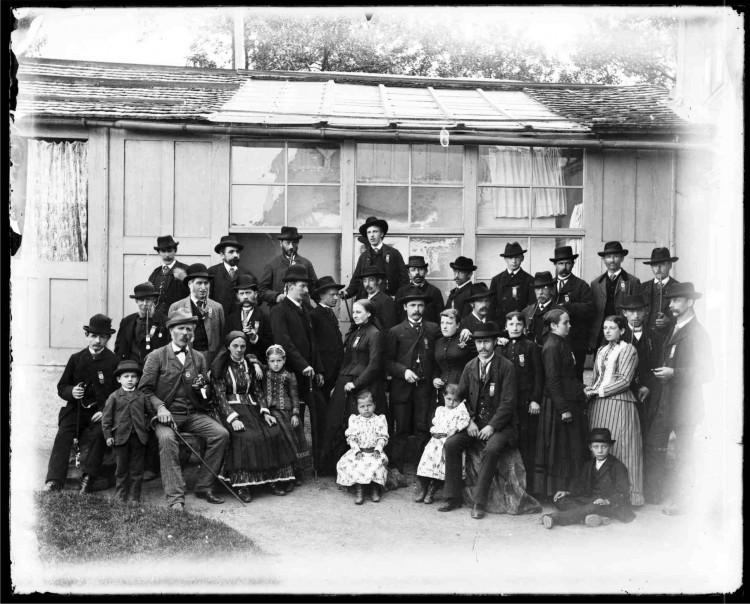 5.Skupinové foto před Zimmerovým, později Seidelovým ateliérem v zahradním domku v Linecké ulici č.p. 64, nedatováno (Museum Fotoateliér Seidel)