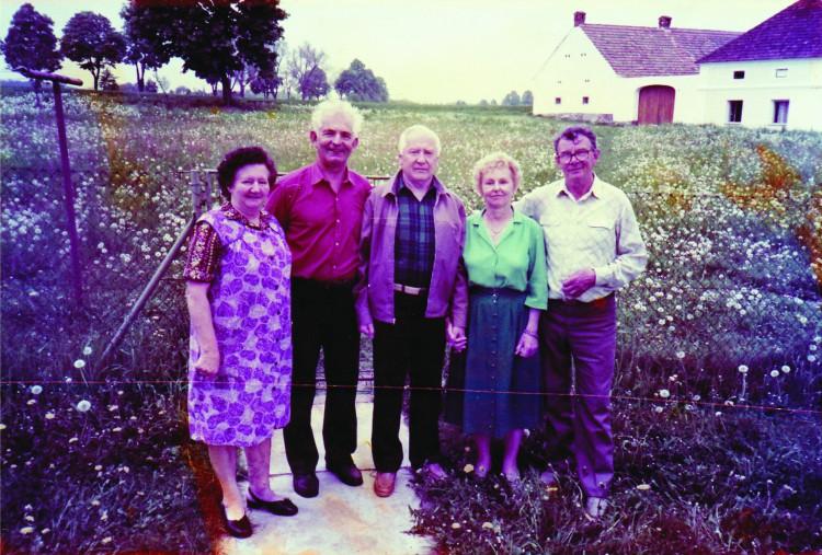18. Josef Krnínský (uprostřed) s Františkem Ondráškem  a Miroslavem Rynešem v Chodči po svém návratu  do vlasti po listopadu 1989.