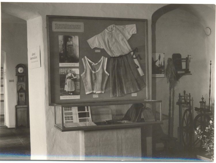 1956, pohled do expozice muzea - národopis.
