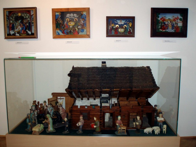 Pohled do výstavy - model šumavské chalupy a betlém Vojtěcha Mráze.