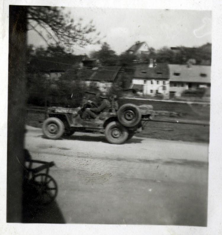 Jeep U.S. Army projíždí okrajovou částí města Český Krumlov