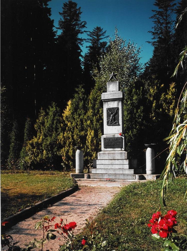 Omlenice, Památník - společný hrob 64 vězňů z vlaku smrti z roku 1945