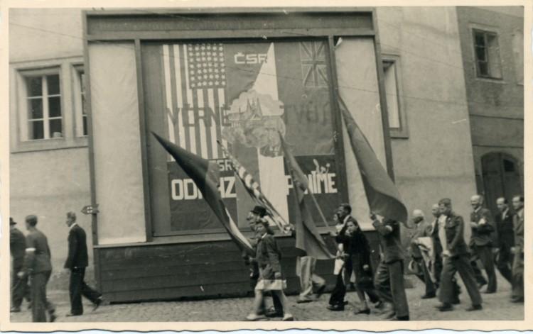 Průvod českých obyvatel na Latránu,Český Krumlov, květen 1945