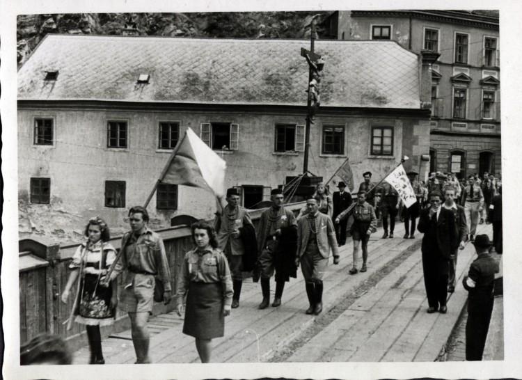 Průvod při národní slavnosti. Sokolové a skauti na Lazebnickém mostě, ČK, 12.8.1945