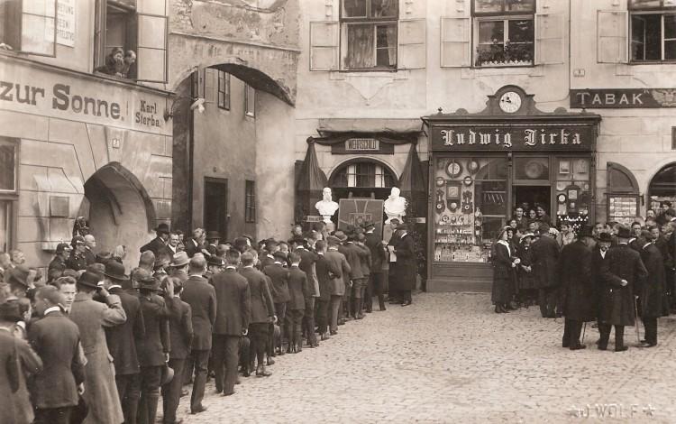 Peněžní sbírka formou zatloukání hřebíků do válečného štítu města na náměstí v Českém Krumlově.