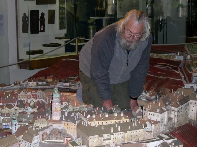 Autor keramického modelu města Český Krumlov Ing. arch. Petr Pešek, 2006.