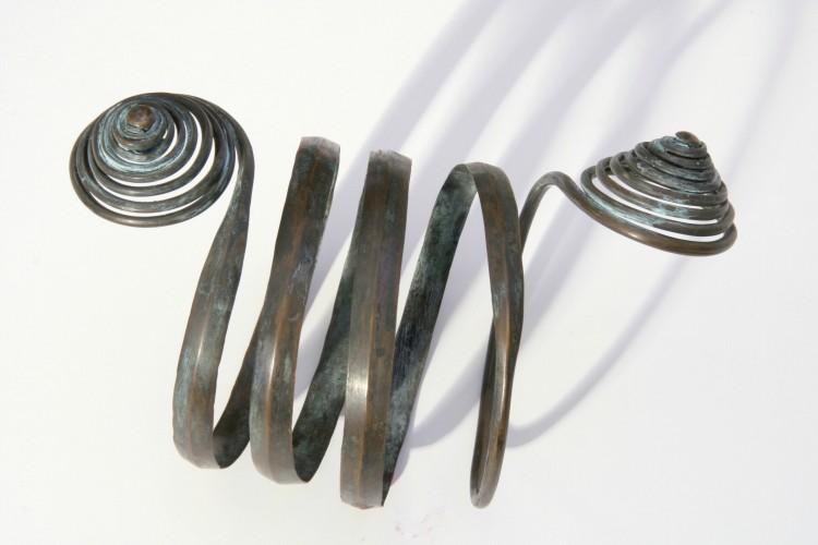Replika bronzového spirálovitého nápažníku.