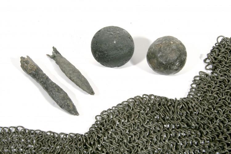 Železné koule, hroty k šipkám do kuše a část drátěné košile,  Českokrumlovsko, po r. 1400