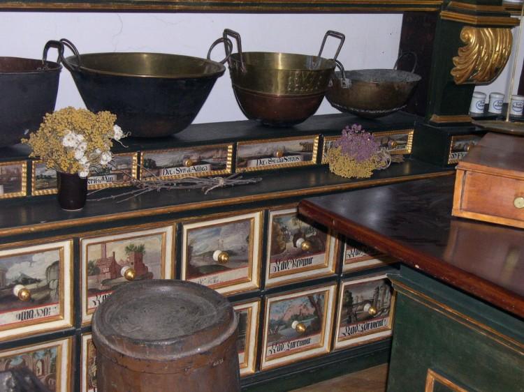Malované šuplíky na léčiva, kovové pánve a kotlíky