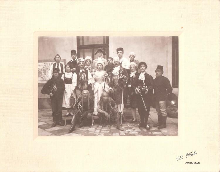 16. Wenzel Micko - Skupinový snímek herců divadelního představení Lucerna, 1912 (Regionální muzeum Č.K.)