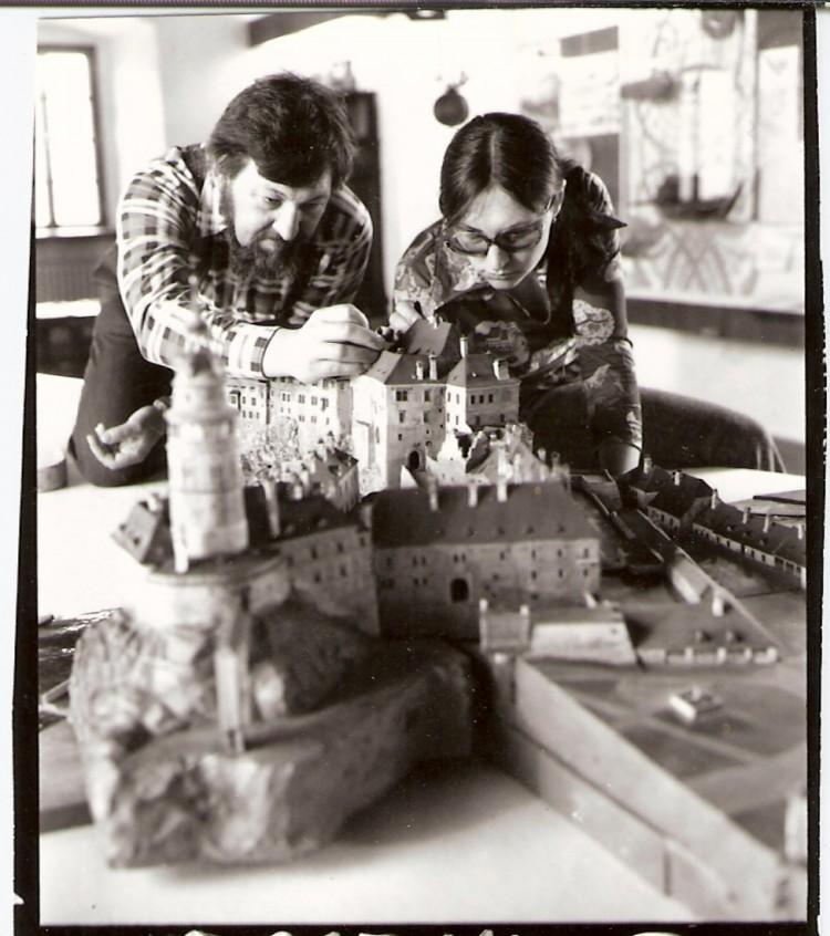 Tvůrci keramického modelu města Ing. arch. Petr Pešek a Mgr. Jana Pešková při instalování prvních částí modelu ve stálé expozici muzea, 1980.