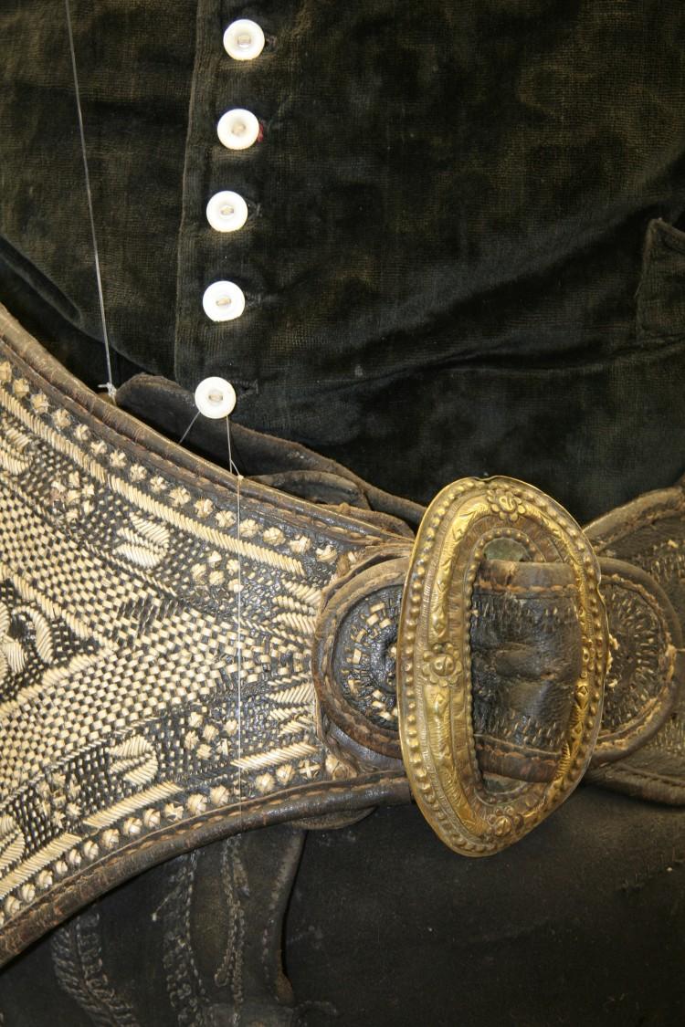Mužský opasek zdobený výšivkou z pavích per, polovina 19. století.