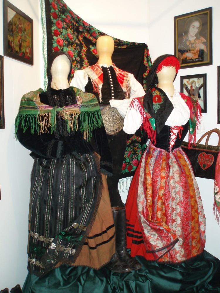 Lidové oděvy z Českokrumlovska, konec 19. století.