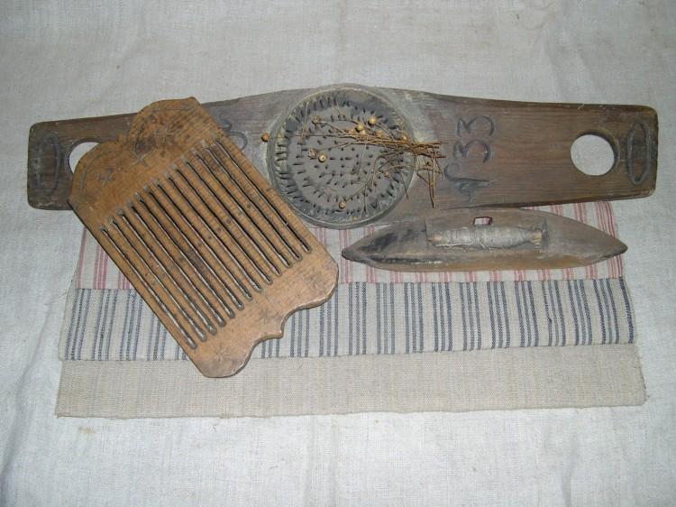 Náčiní na zpracování lnu (hachle, člunek a tkací destička) s ukázkou plátna, 1. polovina 19. století.
