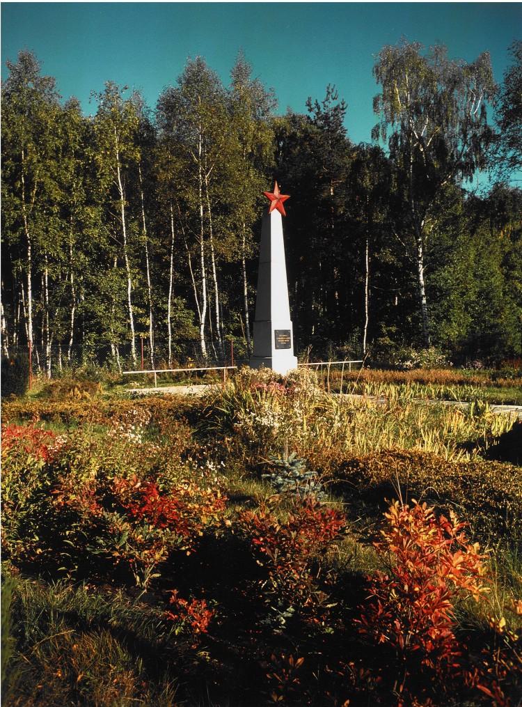 Netřebice, Památník a společný hrob 44 vězňů z vlaku smrti a 2 vojáků Rudé armády