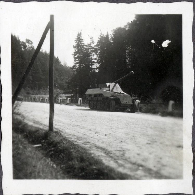 Opuštěné samohybné dělo na silnici z Větřní do Rožmberka nad Vltavou